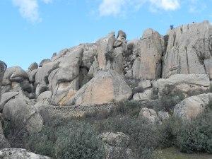 Seguir en paralelo al muro de piedra