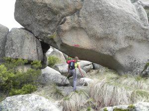 Paso bajo la roca