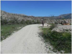 Camino junto al Canto del Berrueco